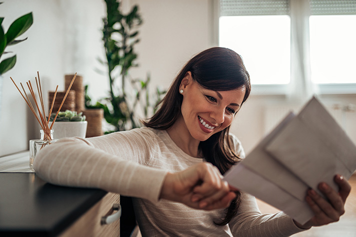 women-opens envelope